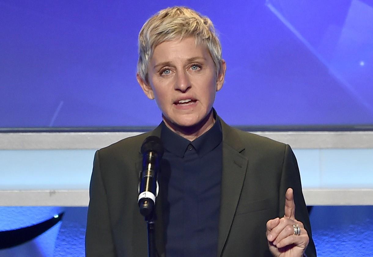 MC đồng tính Ellen Degeneres chia sẻ quá khứ bị cha dượng lạm dụng - Ảnh 1.