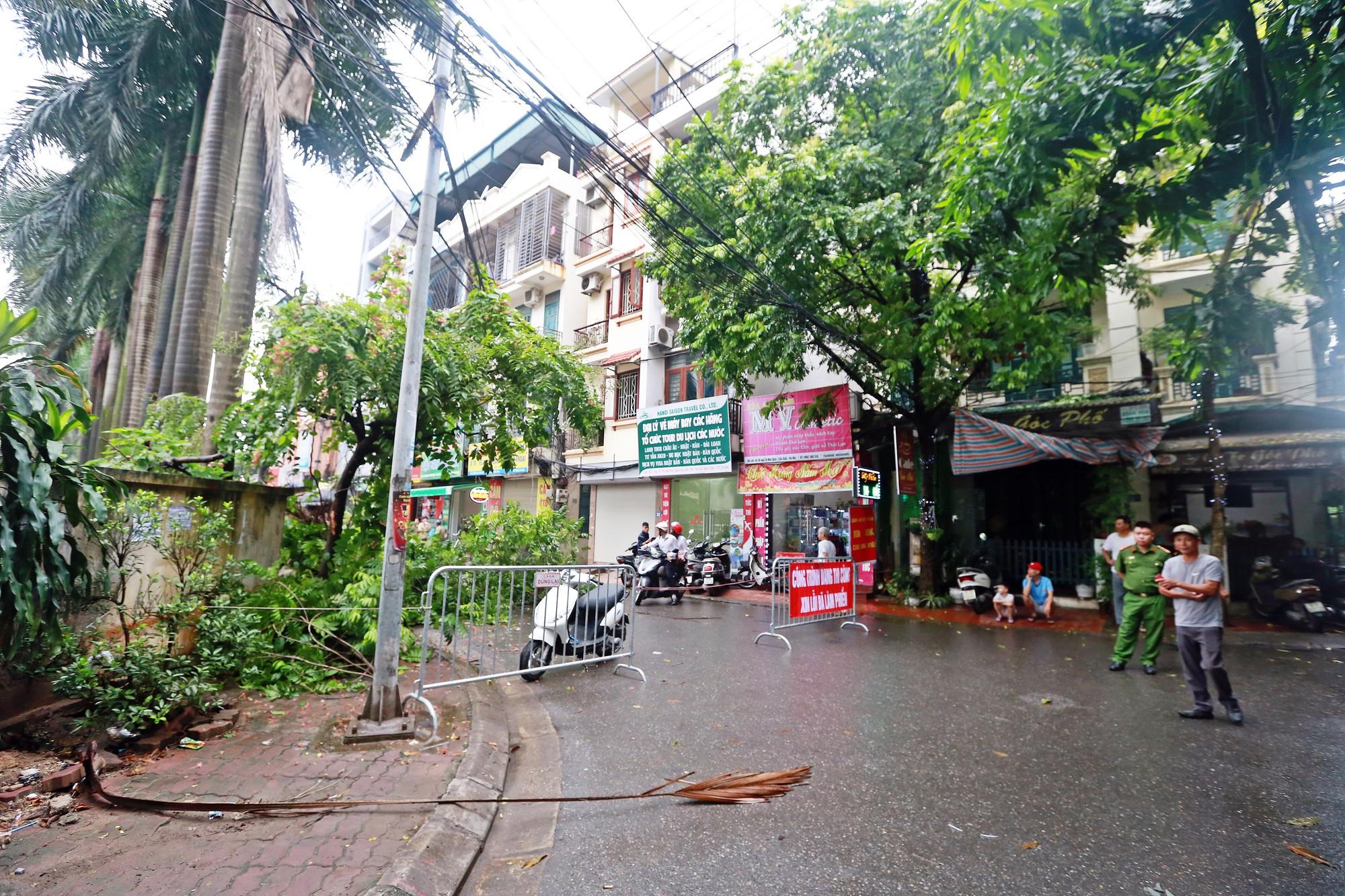 Hà Nội: Tháo dỡ bức tường chống nạng gỗ ở phường Mai Dịch - Ảnh 1.