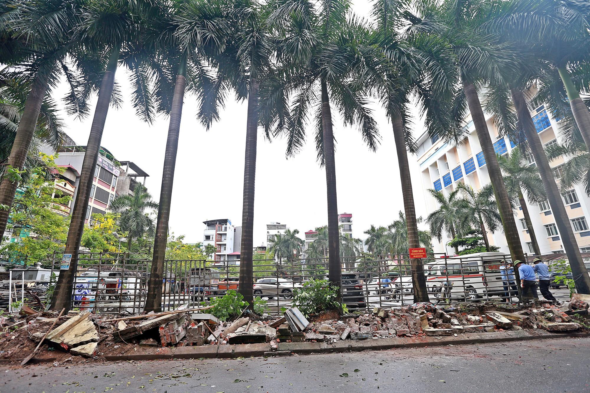 Hà Nội: Tháo dỡ bức tường chống nạng gỗ ở phường Mai Dịch - Ảnh 3.