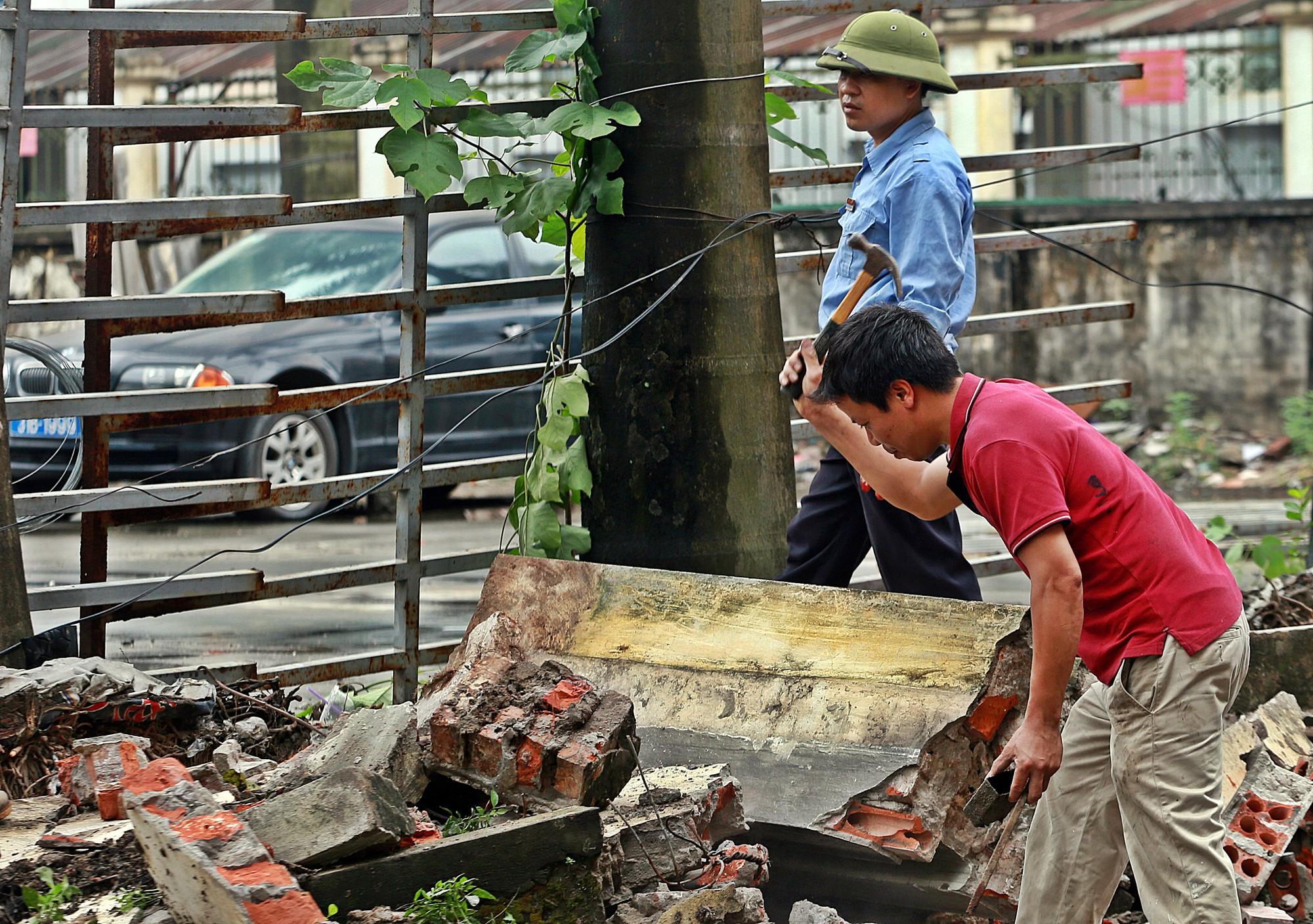 Hà Nội: Tháo dỡ bức tường chống nạng gỗ ở phường Mai Dịch - Ảnh 6.