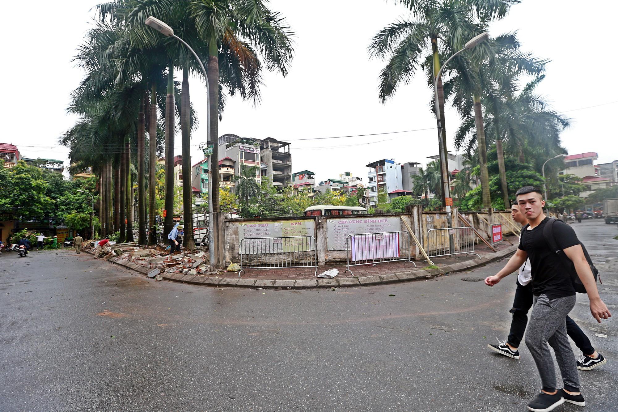 Hà Nội: Tháo dỡ bức tường chống nạng gỗ ở phường Mai Dịch - Ảnh 2.