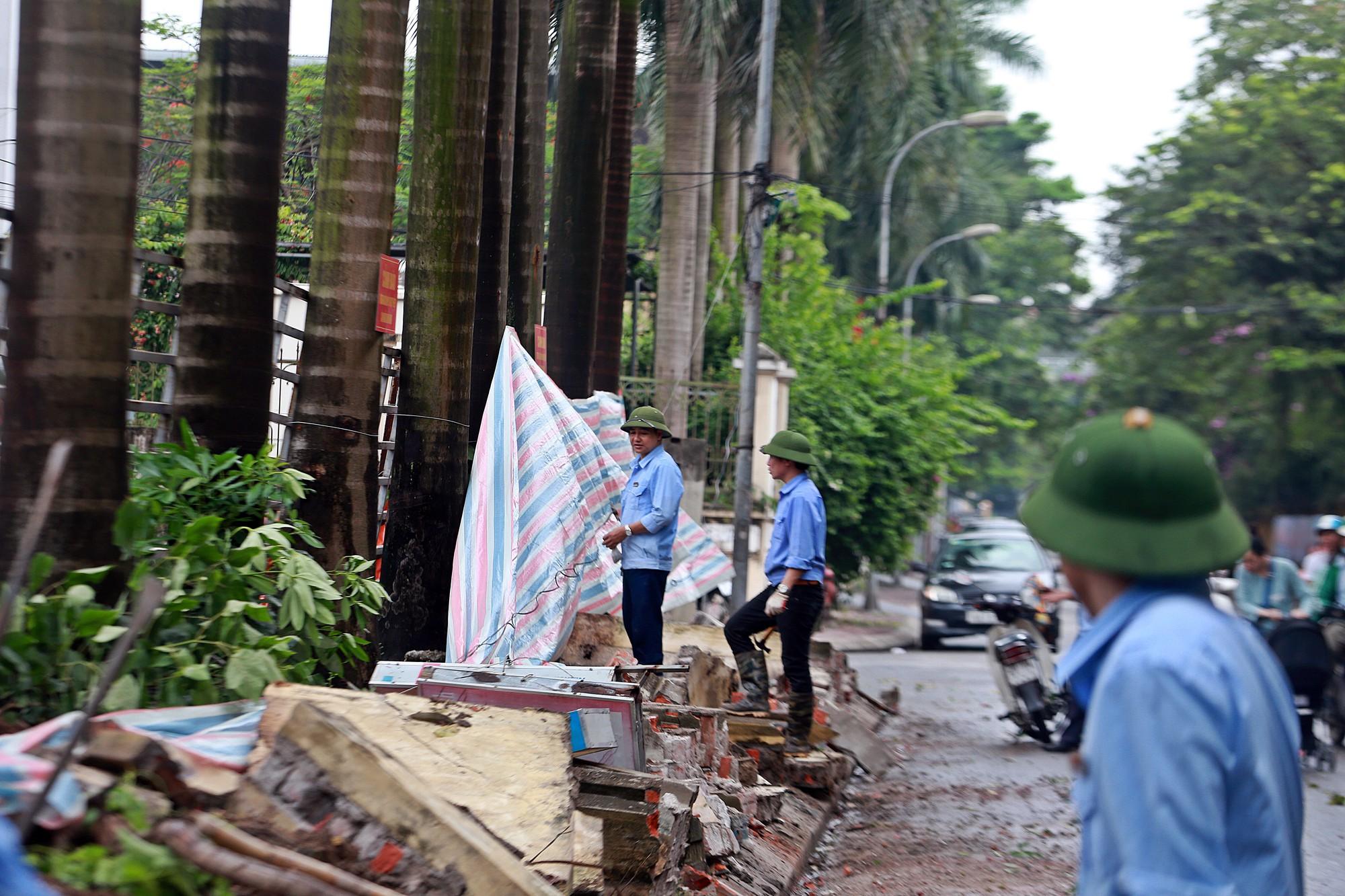 Hà Nội: Tháo dỡ bức tường chống nạng gỗ ở phường Mai Dịch - Ảnh 8.