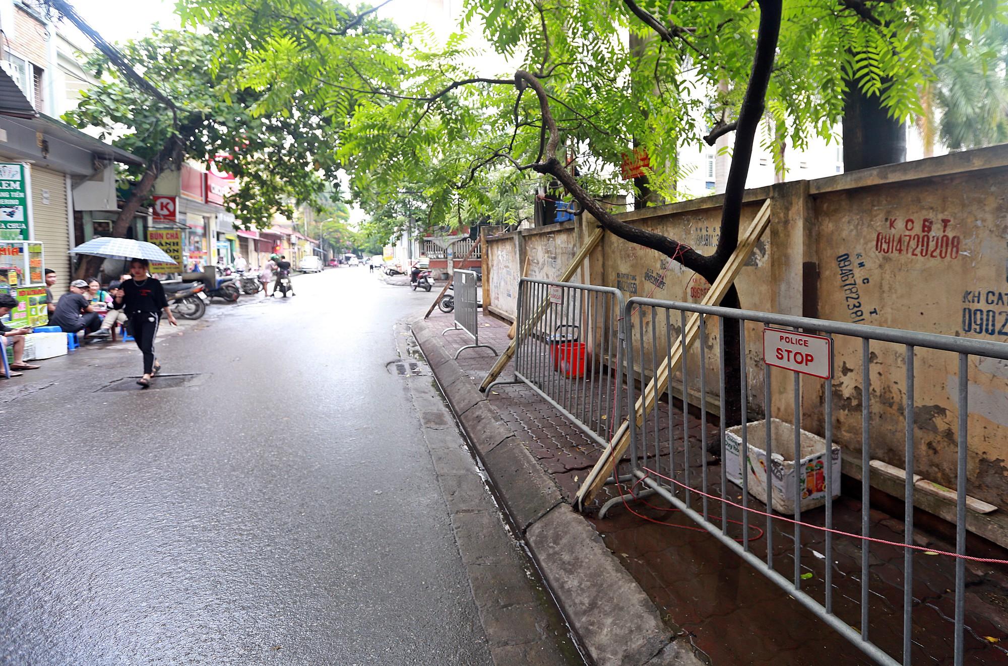 Hà Nội: Tháo dỡ bức tường chống nạng gỗ ở phường Mai Dịch - Ảnh 9.