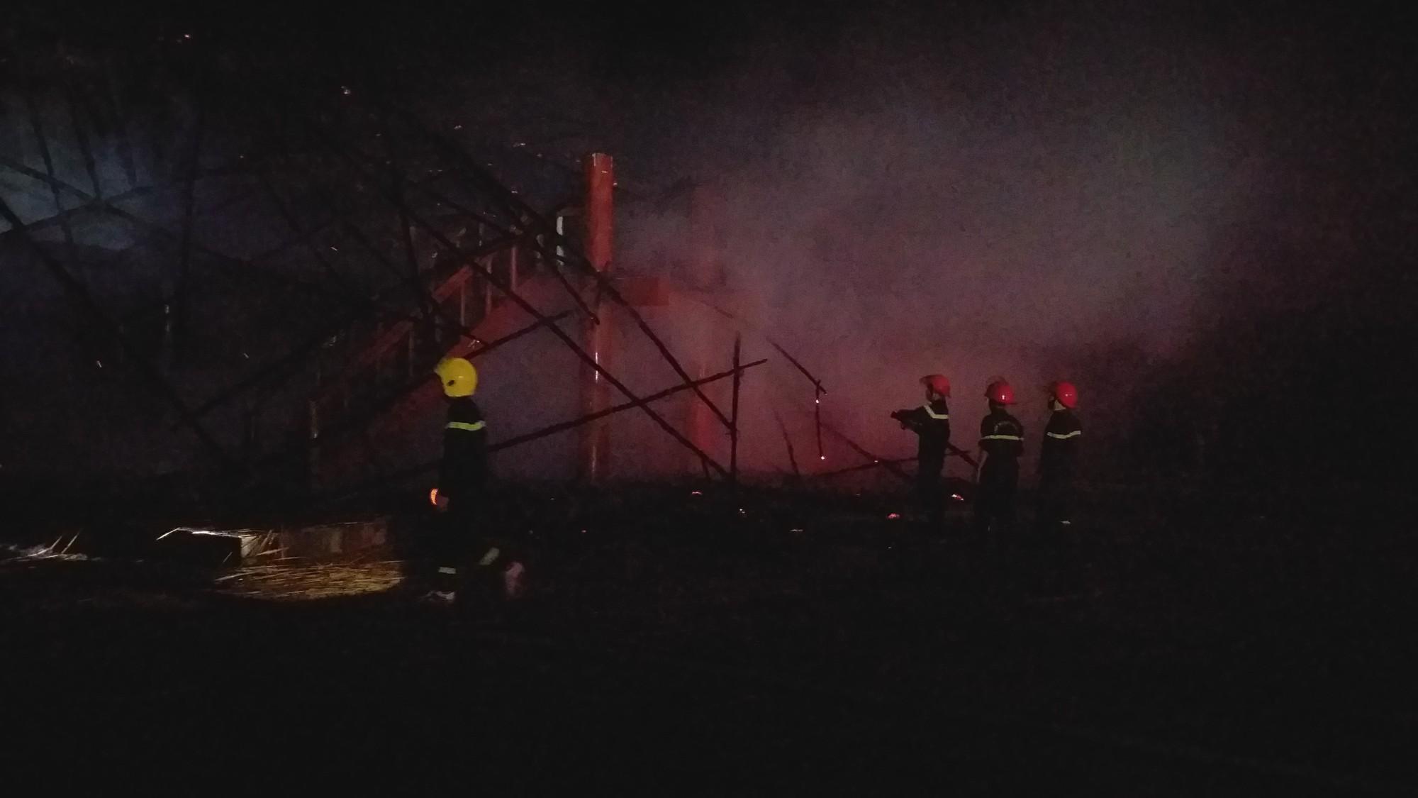 Kon Tum: Cháy rụi nhà rông giữa mưa lớn - Ảnh 3.
