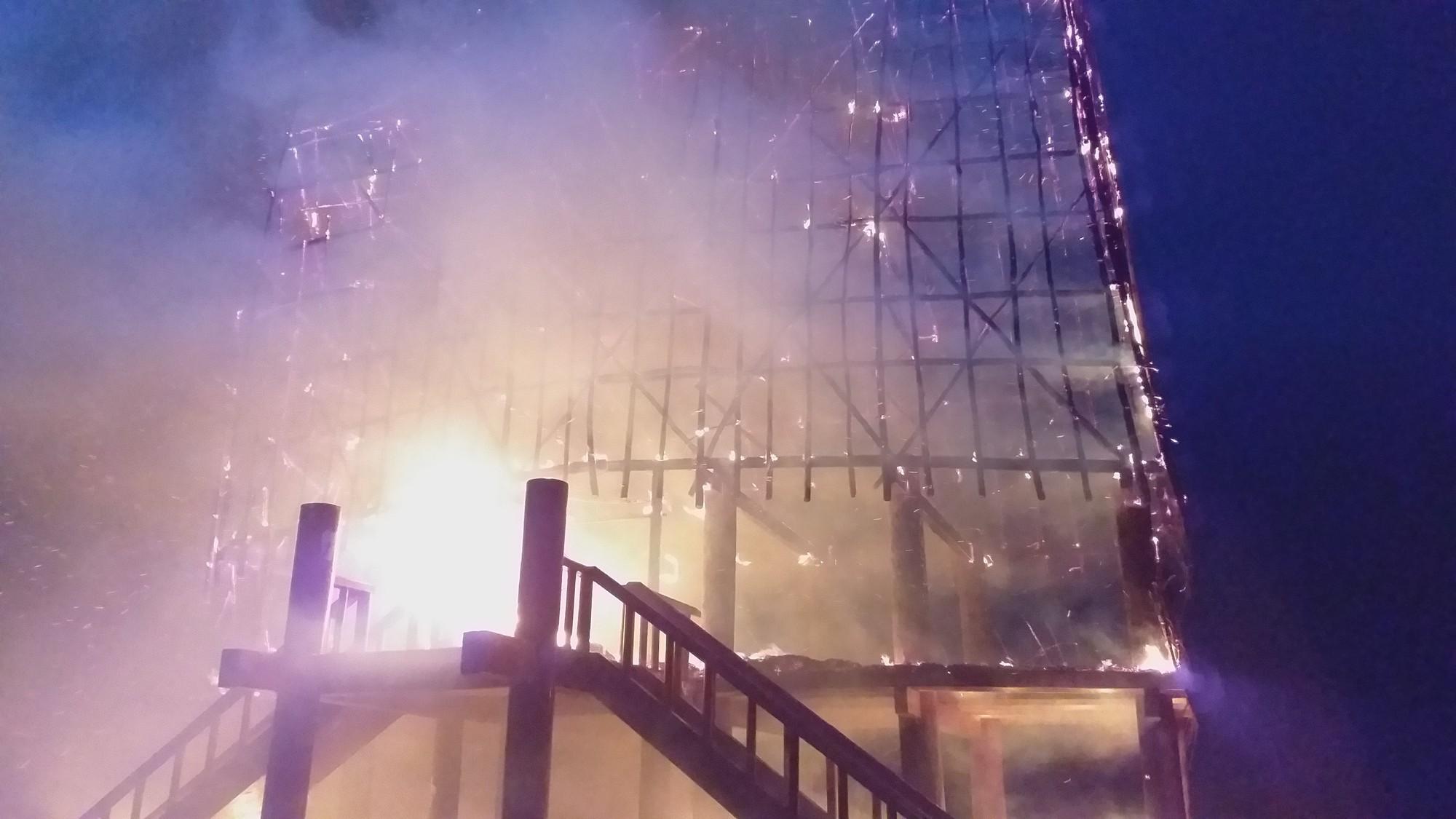 Kon Tum: Cháy rụi nhà rông giữa mưa lớn - Ảnh 2.
