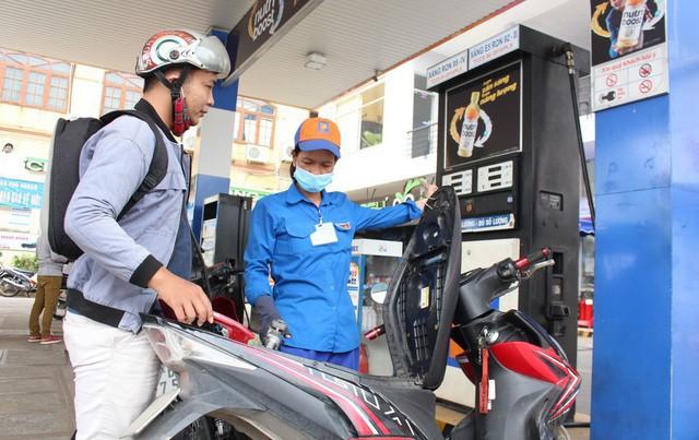 Thứ trưởng Bộ Công Thương: 'Nếu không dùng quỹ bình ổn xăng dầu, giá xăng còn tăng cao hơn nữa' - Ảnh 2.
