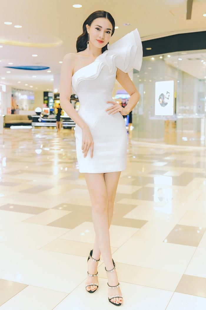 Gu thời trang của Ninh Dương Lan Ngọc: Mặc streetstyle đã chất, diện váy gợi cảm cũng rất thần thái  - Ảnh 10.