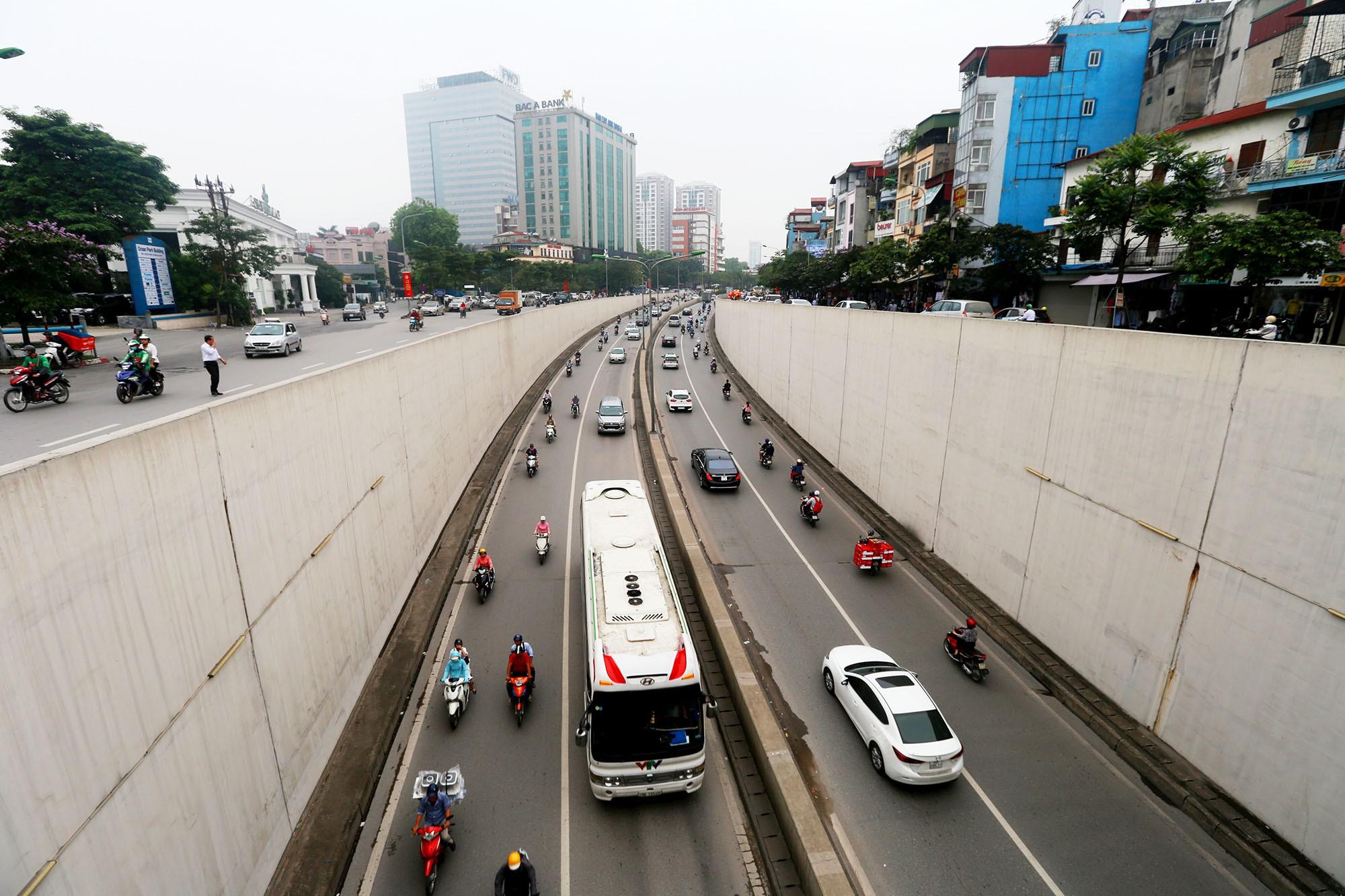Cận cảnh hầm Kim Liên sau vụ tai nạn thương tâm: Dốc, cua và nhiều phương tiện lấn làn, vượt ẩu - Ảnh 3.