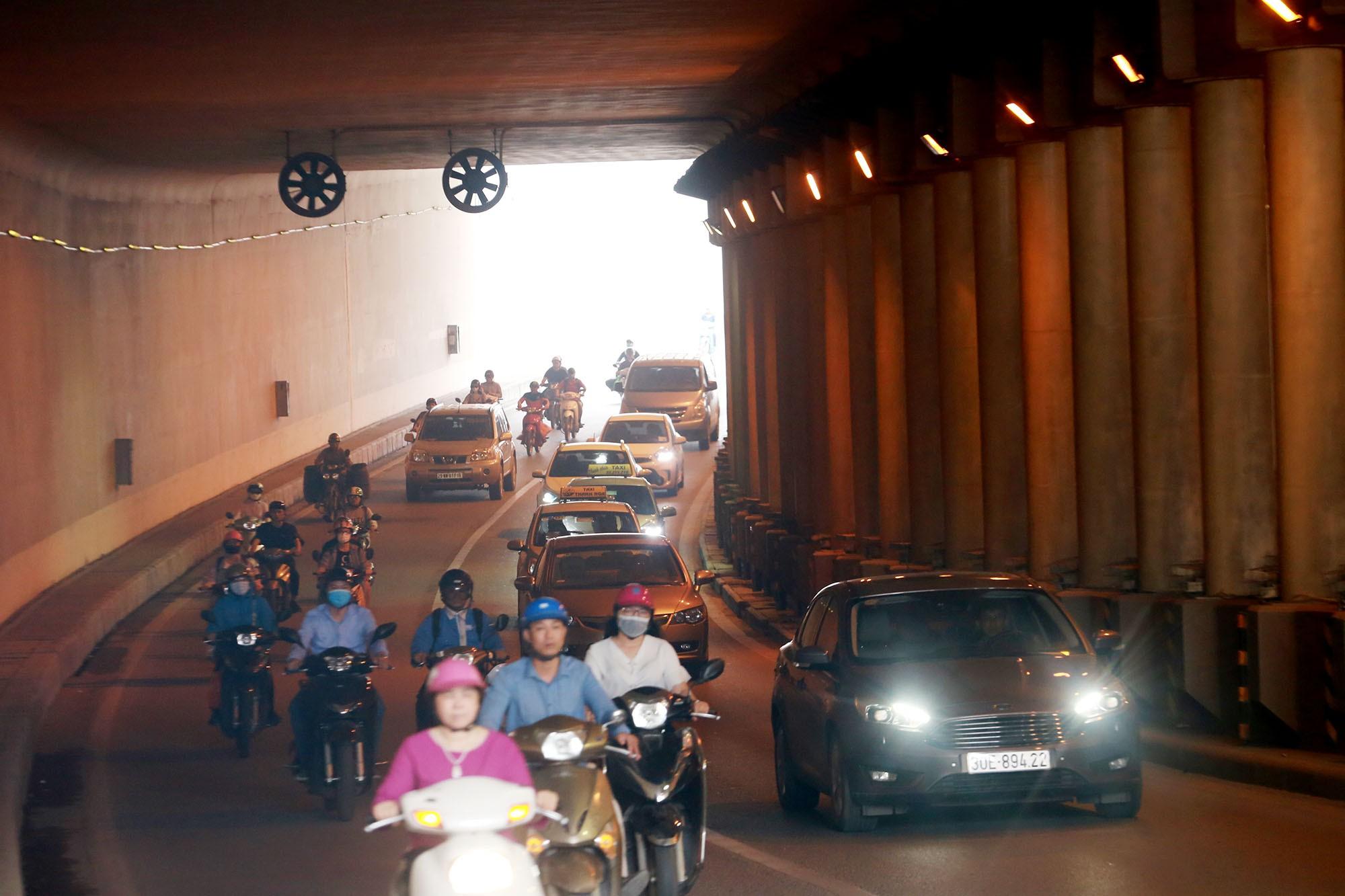 Cận cảnh hầm Kim Liên sau vụ tai nạn thương tâm: Dốc, cua và nhiều phương tiện lấn làn, vượt ẩu - Ảnh 8.