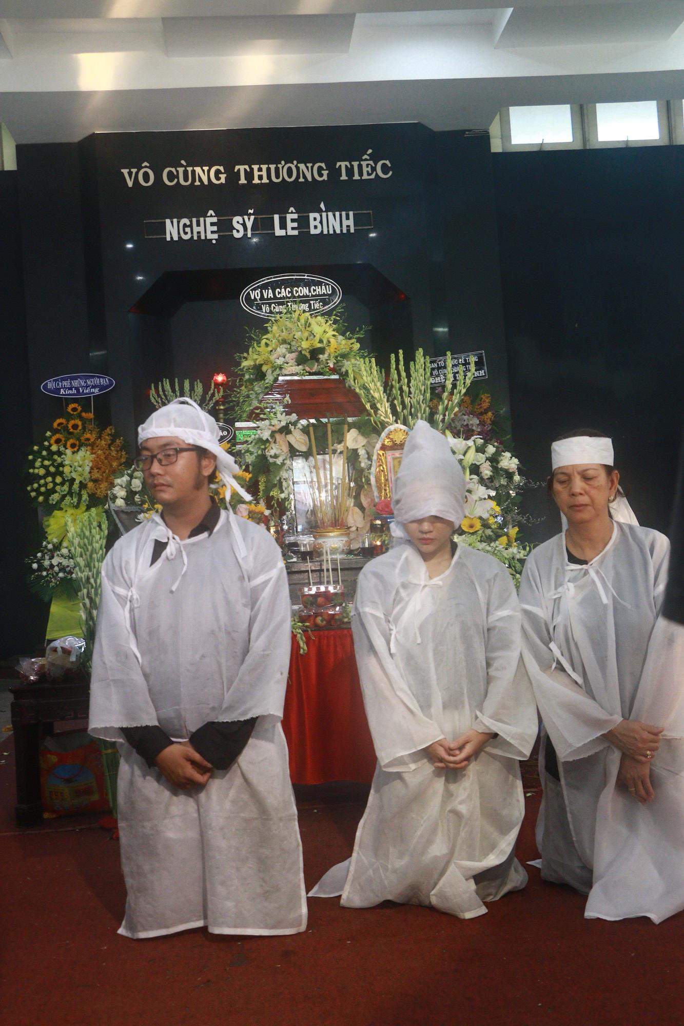 Con gái Lê Bình suy sụp, thất thần trong lễ động quan đưa thi hài cha về nơi an nghỉ - Ảnh 2.