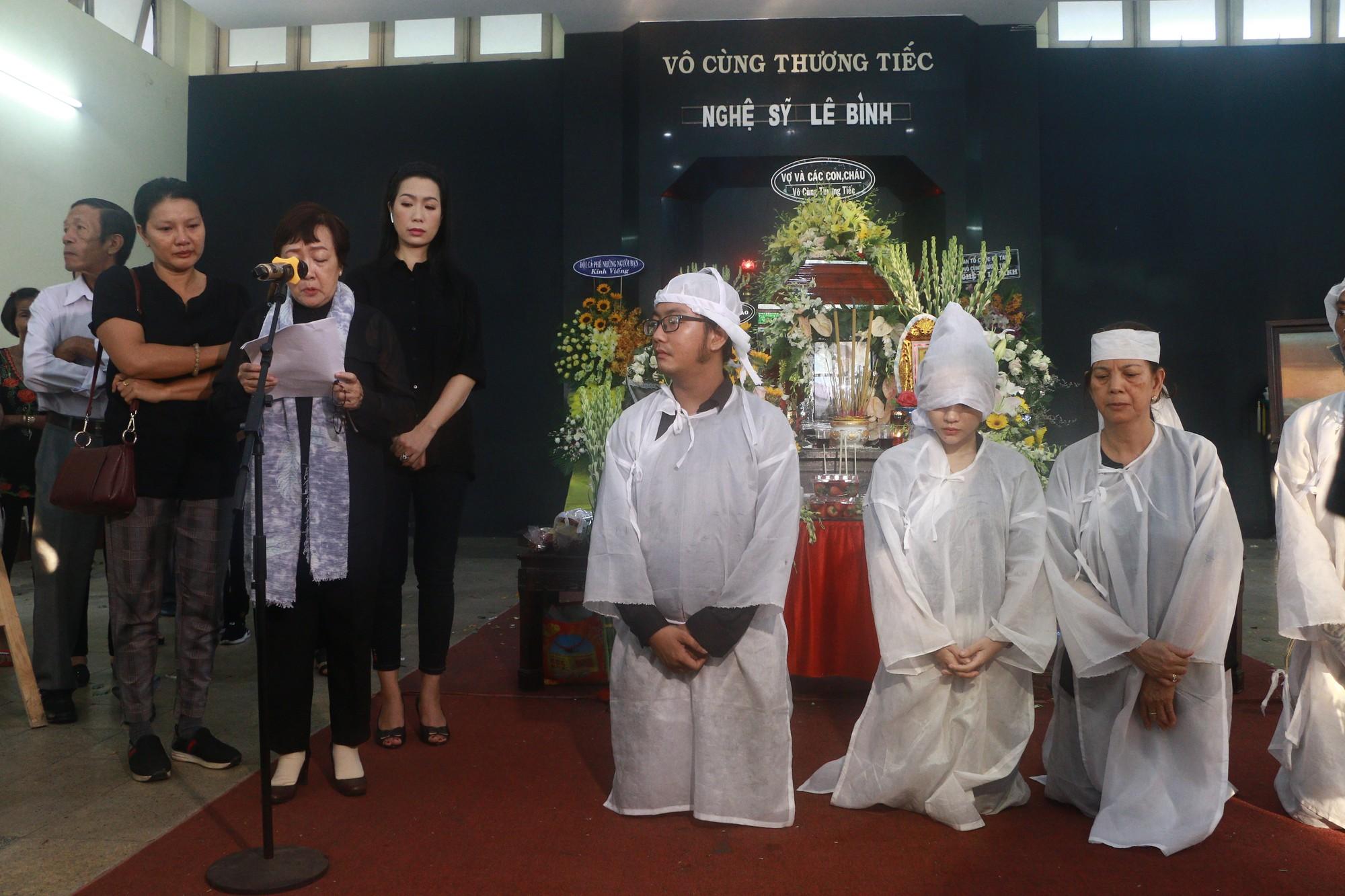 NSƯT Thành Lộc và nhiều đồng nghiệp nghẹn ngào đưa tiễn nghệ sĩ Lê Bình  - Ảnh 2.