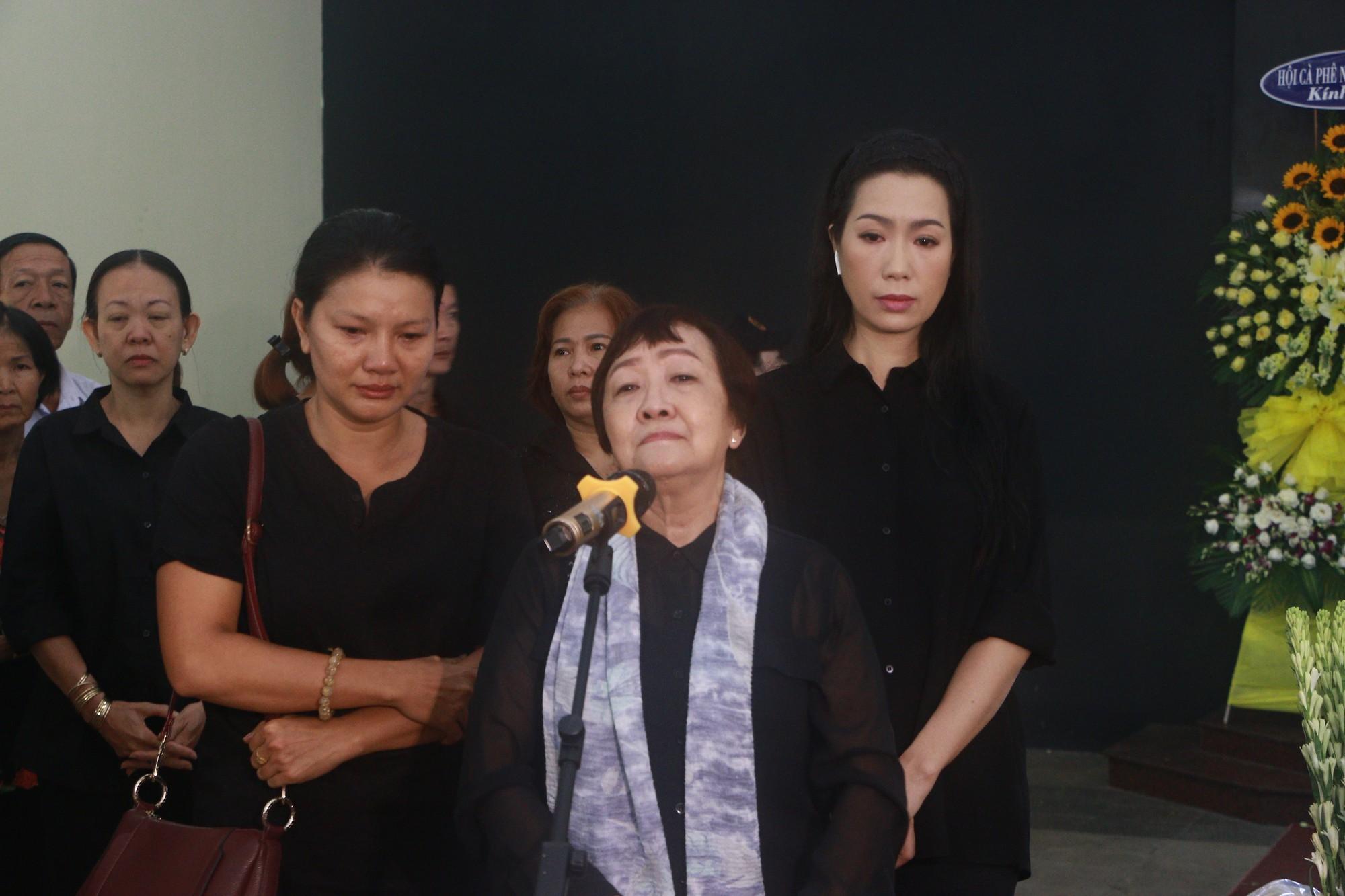 NSƯT Thành Lộc và nhiều đồng nghiệp nghẹn ngào đưa tiễn nghệ sĩ Lê Bình  - Ảnh 3.