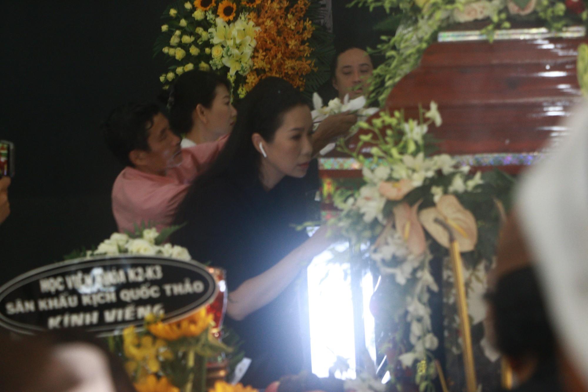 NSƯT Thành Lộc và nhiều đồng nghiệp nghẹn ngào đưa tiễn nghệ sĩ Lê Bình  - Ảnh 4.