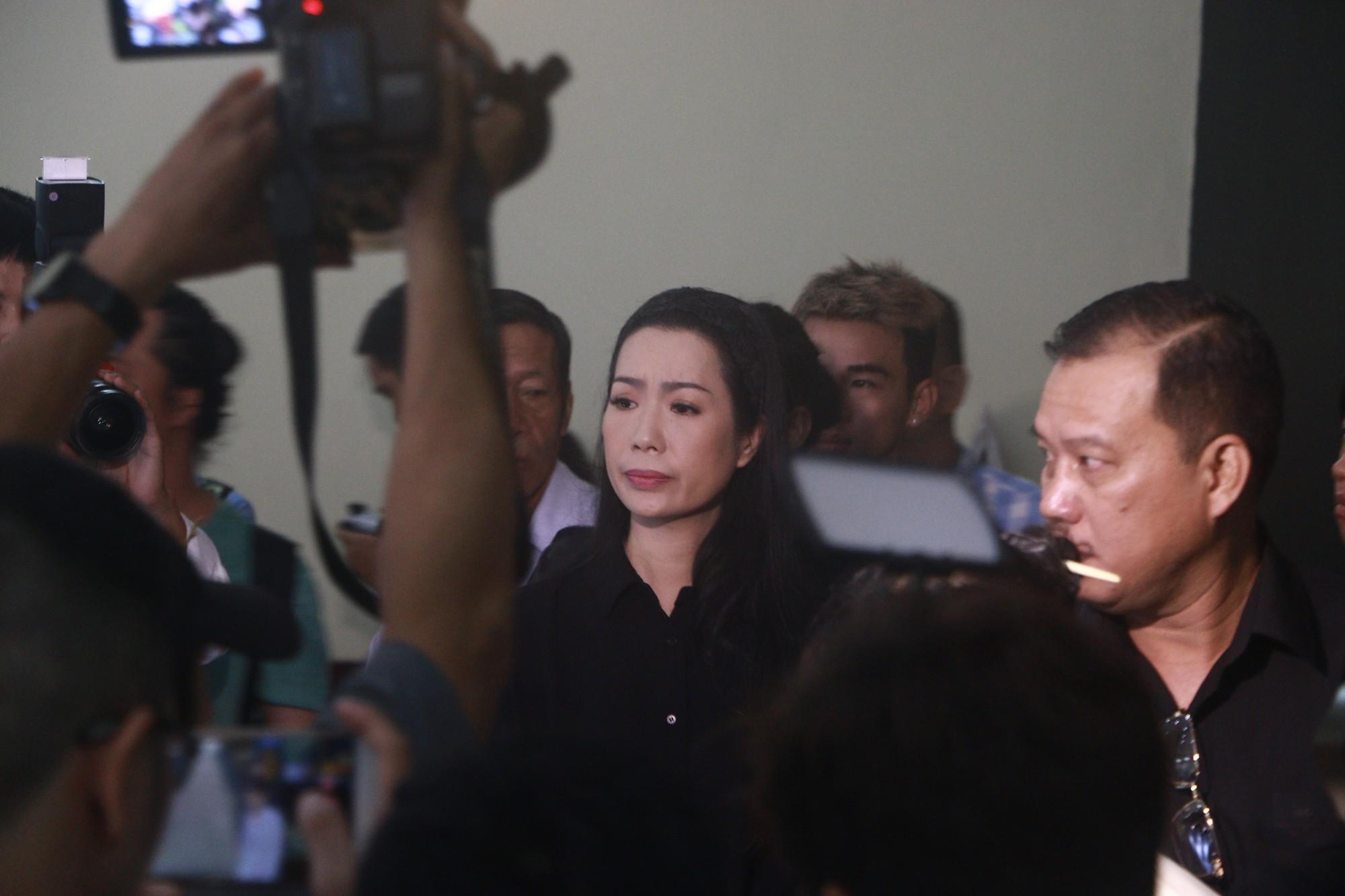NSƯT Thành Lộc và nhiều đồng nghiệp nghẹn ngào đưa tiễn nghệ sĩ Lê Bình  - Ảnh 5.