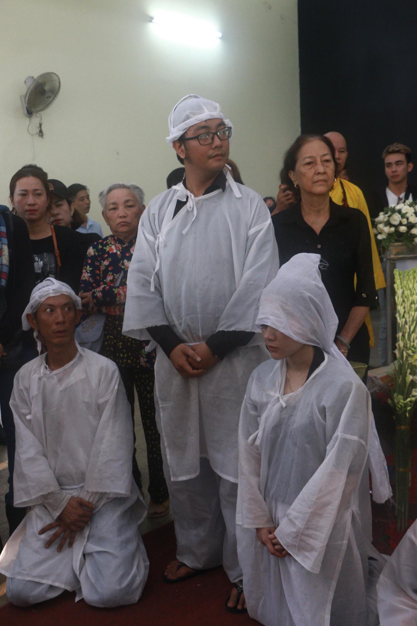 Con gái Lê Bình suy sụp, thất thần trong lễ động quan đưa thi hài cha về nơi an nghỉ - Ảnh 6.