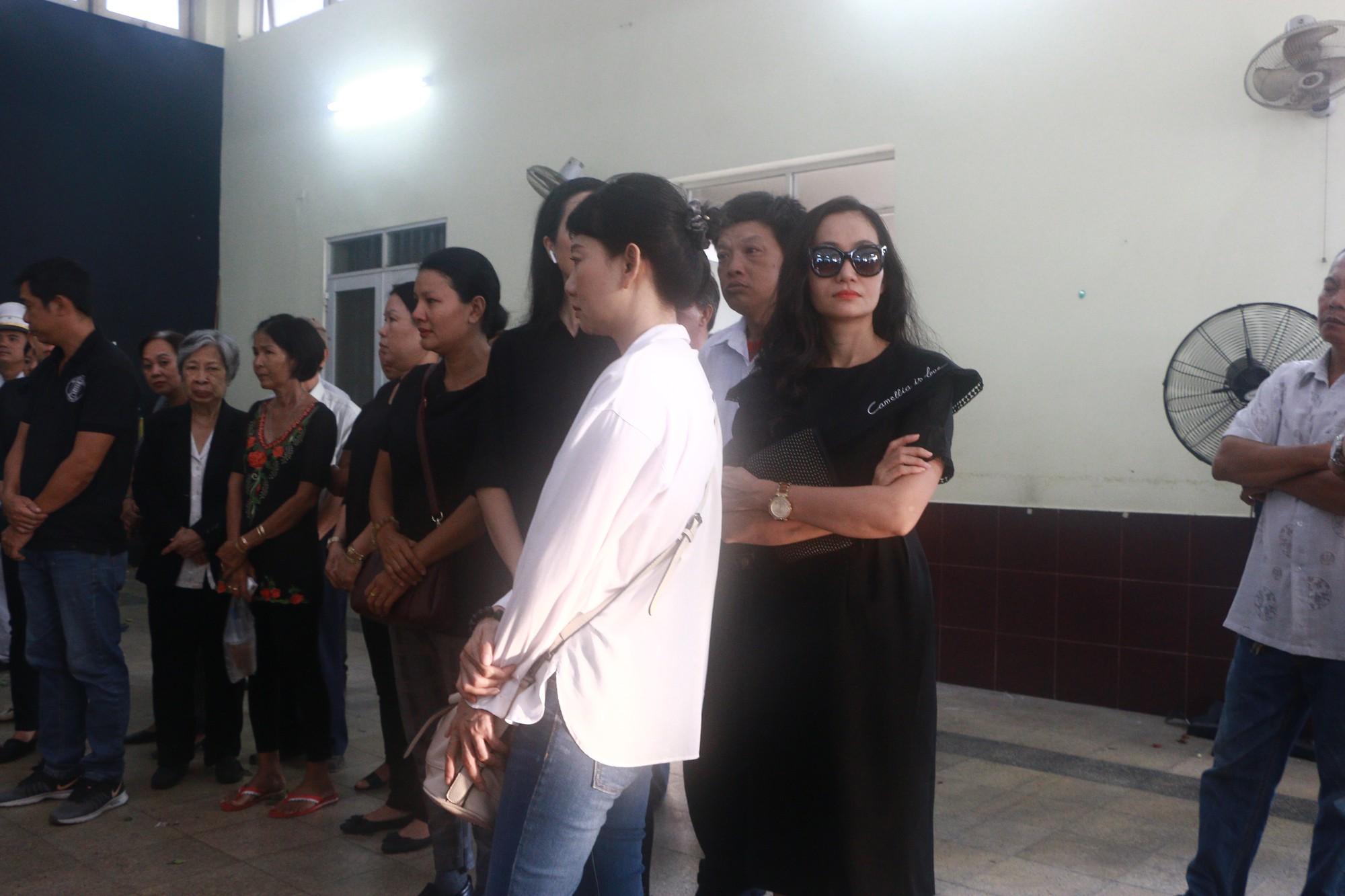 NSƯT Thành Lộc và nhiều đồng nghiệp nghẹn ngào đưa tiễn nghệ sĩ Lê Bình  - Ảnh 6.