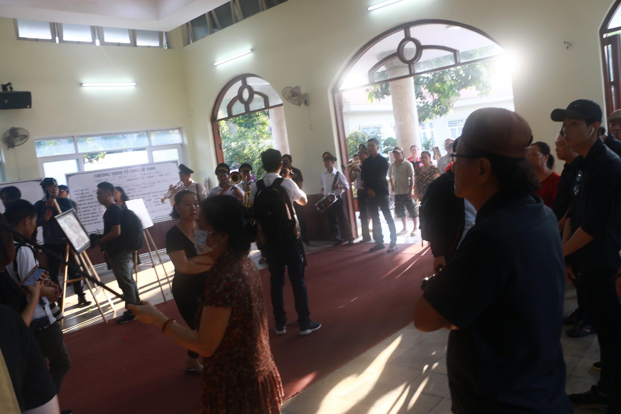 NSƯT Thành Lộc và nhiều đồng nghiệp nghẹn ngào đưa tiễn nghệ sĩ Lê Bình  - Ảnh 8.