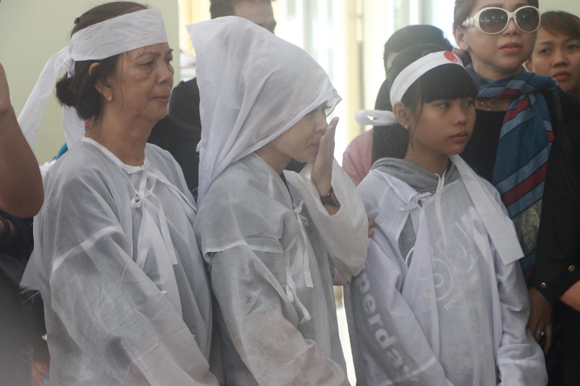 Con gái Lê Bình suy sụp, thất thần trong lễ động quan đưa thi hài cha về nơi an nghỉ - Ảnh 8.