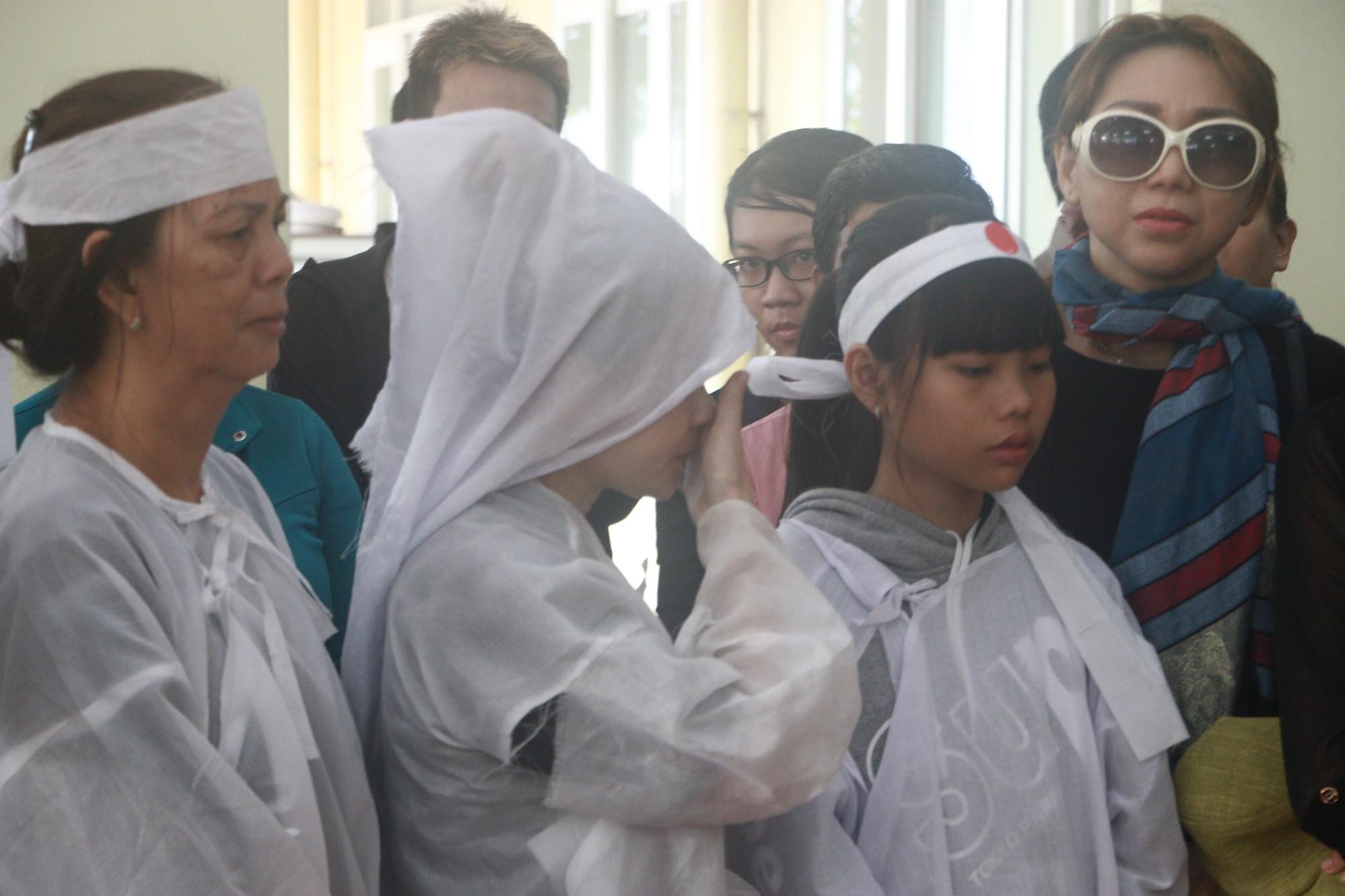 Con gái Lê Bình suy sụp, thất thần trong lễ động quan đưa thi hài cha về nơi an nghỉ - Ảnh 9.