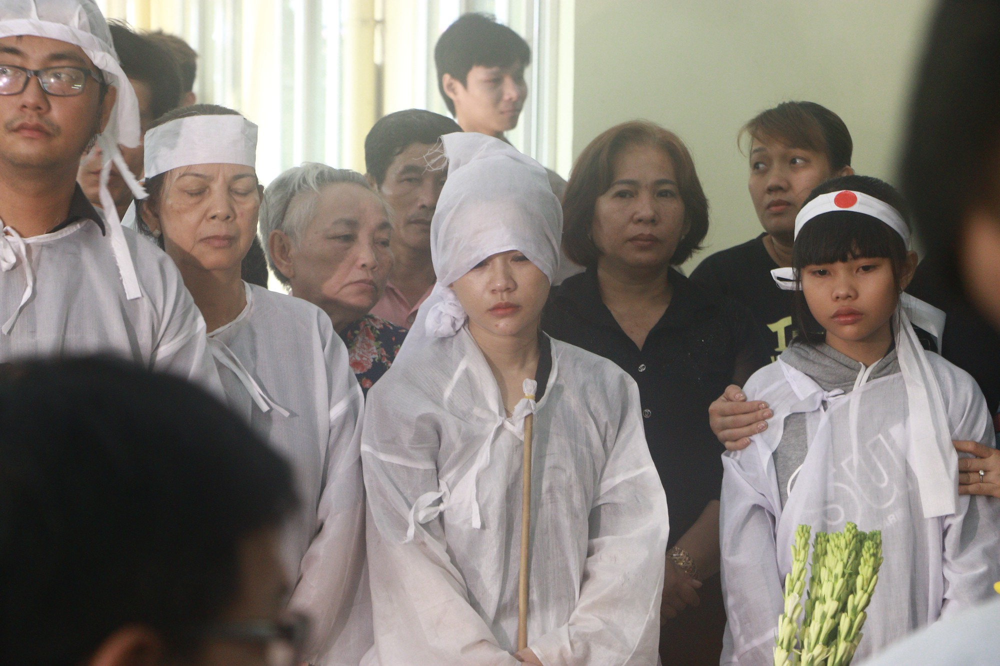 Con gái Lê Bình suy sụp, thất thần trong lễ động quan đưa thi hài cha về nơi an nghỉ - Ảnh 11.