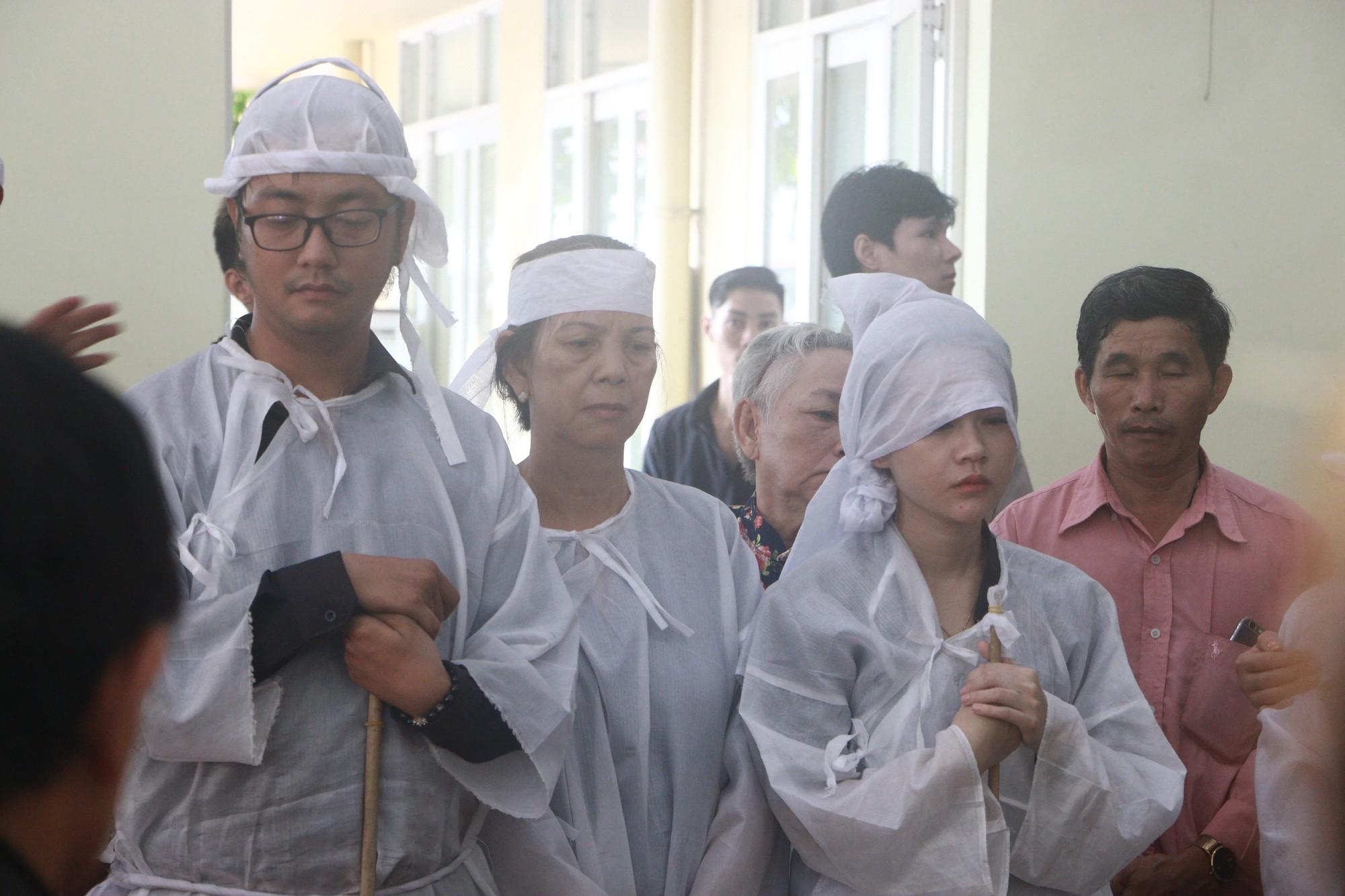 Con gái Lê Bình suy sụp, thất thần trong lễ động quan đưa thi hài cha về nơi an nghỉ - Ảnh 12.