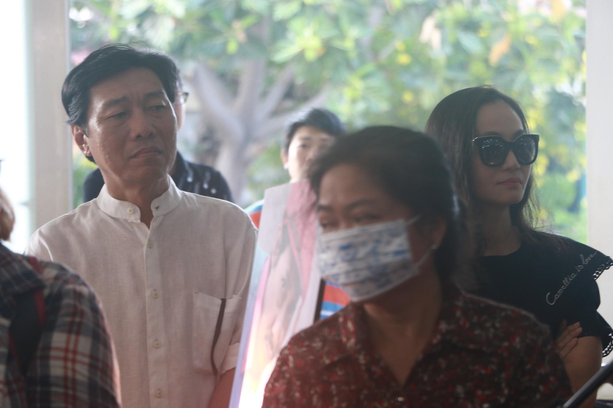 NSƯT Thành Lộc và nhiều đồng nghiệp nghẹn ngào đưa tiễn nghệ sĩ Lê Bình  - Ảnh 9.