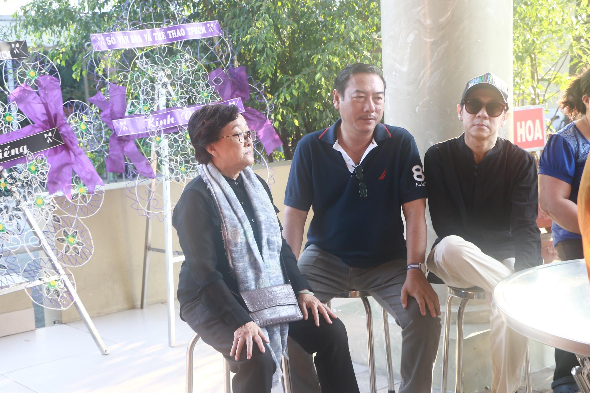 NSƯT Thành Lộc và nhiều đồng nghiệp nghẹn ngào đưa tiễn nghệ sĩ Lê Bình  - Ảnh 12.