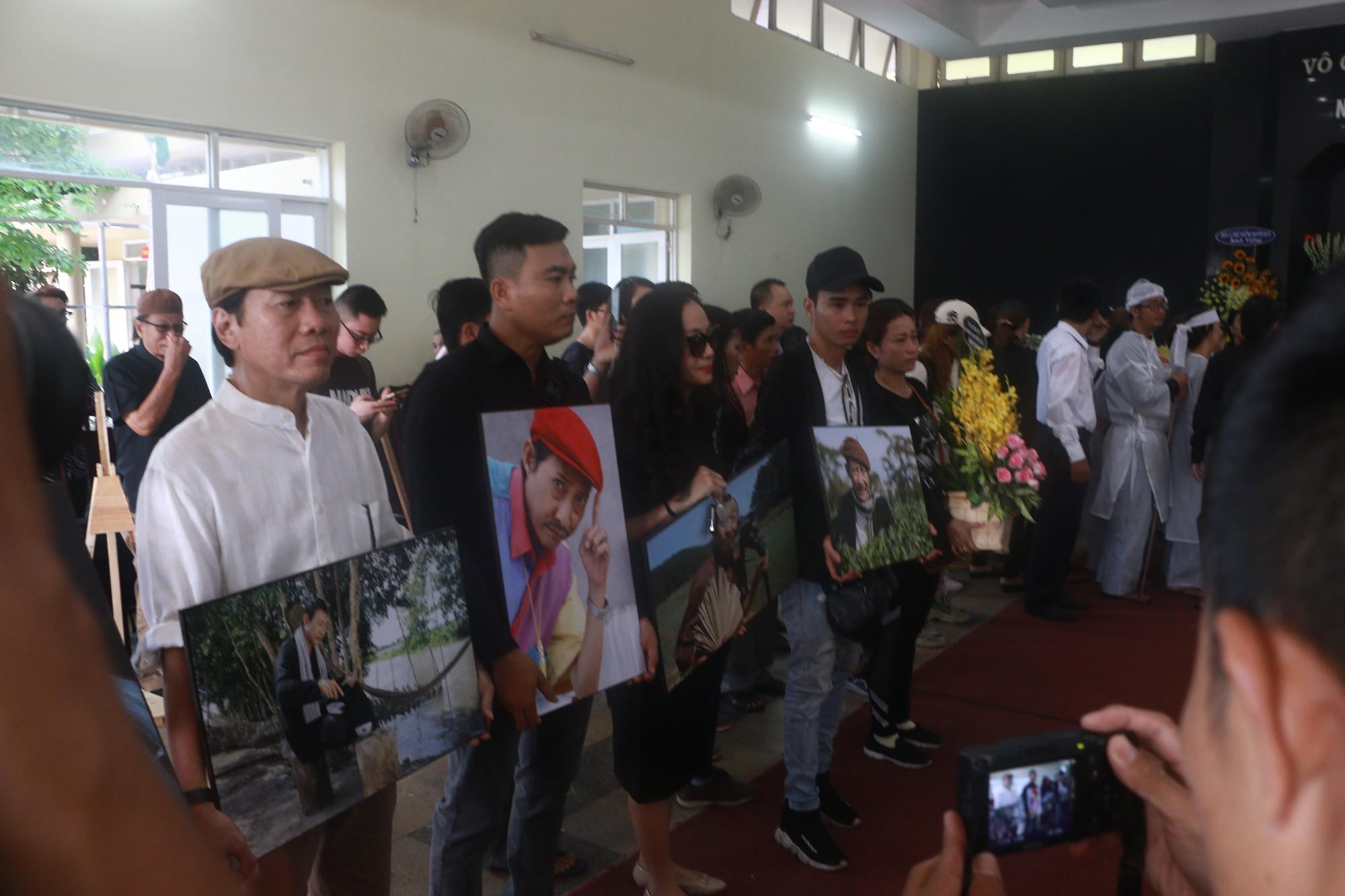 NSƯT Thành Lộc và nhiều đồng nghiệp nghẹn ngào đưa tiễn nghệ sĩ Lê Bình  - Ảnh 10.