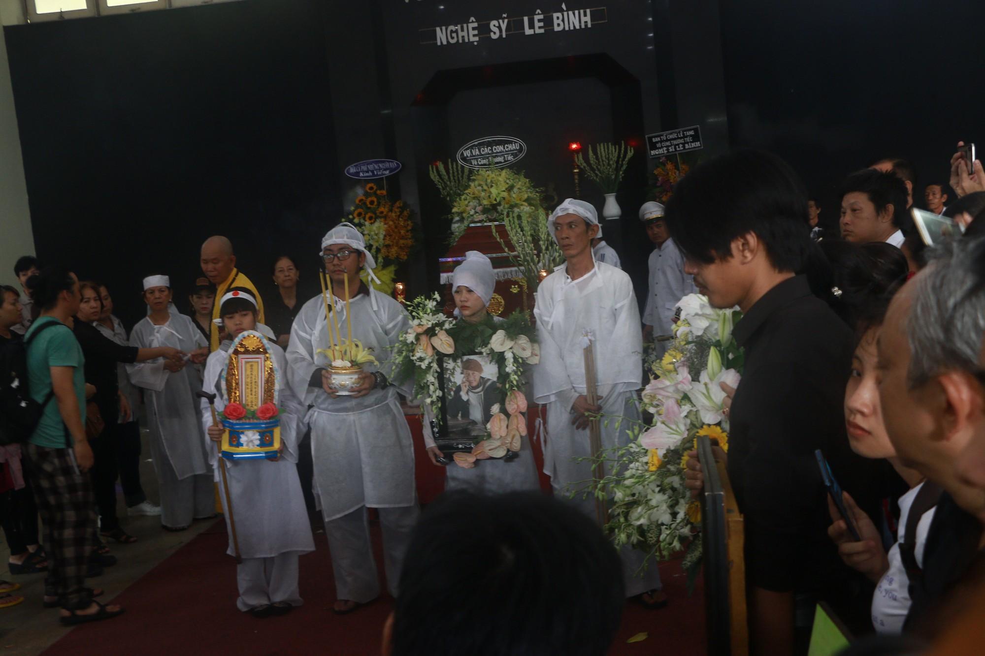 Con gái Lê Bình suy sụp, thất thần trong lễ động quan đưa thi hài cha về nơi an nghỉ - Ảnh 13.