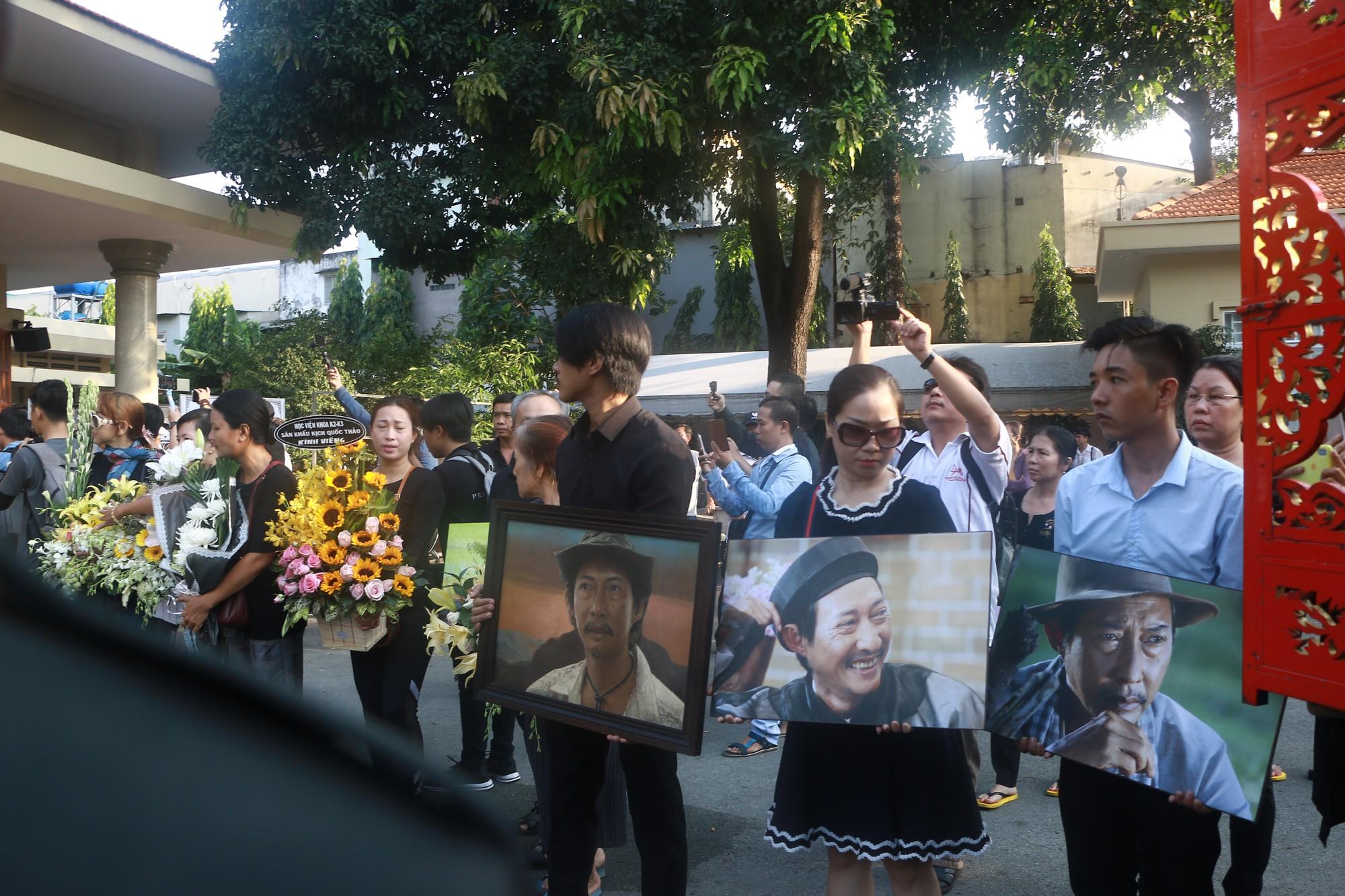 NSƯT Thành Lộc và nhiều đồng nghiệp nghẹn ngào đưa tiễn nghệ sĩ Lê Bình  - Ảnh 11.