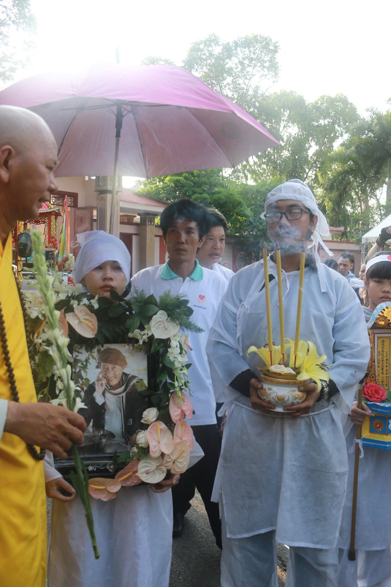 Con gái Lê Bình suy sụp, thất thần trong lễ động quan đưa thi hài cha về nơi an nghỉ - Ảnh 17.