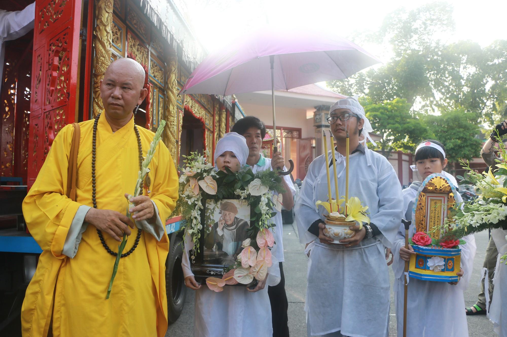 Con gái Lê Bình suy sụp, thất thần trong lễ động quan đưa thi hài cha về nơi an nghỉ - Ảnh 18.