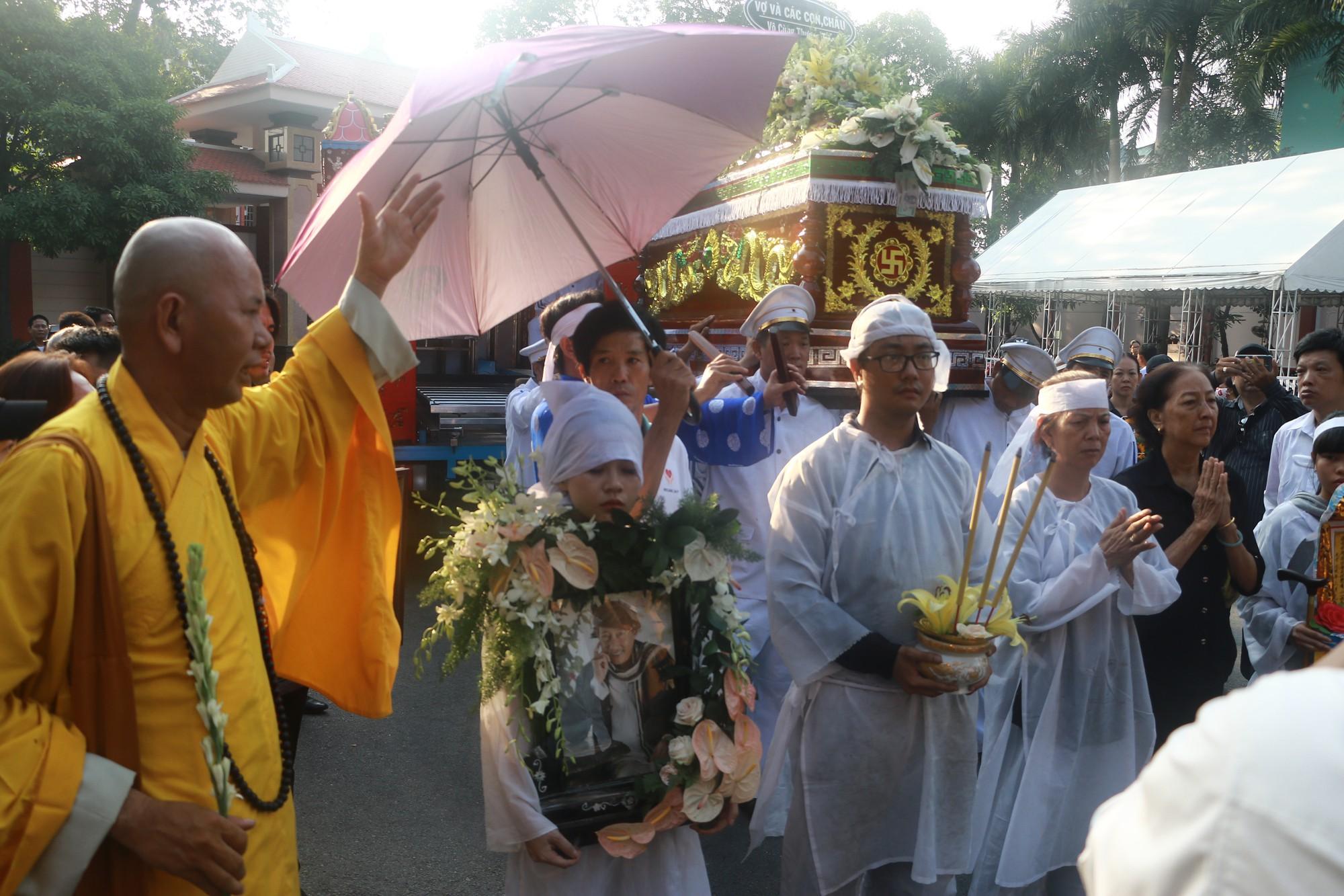 Con gái Lê Bình suy sụp, thất thần trong lễ động quan đưa thi hài cha về nơi an nghỉ - Ảnh 22.