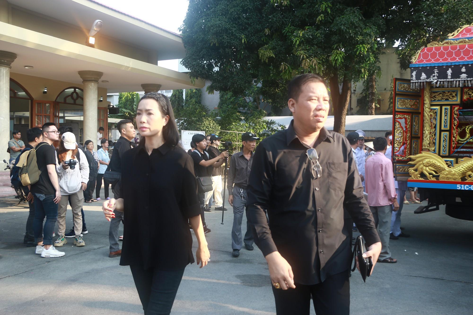 NSƯT Thành Lộc và nhiều đồng nghiệp nghẹn ngào đưa tiễn nghệ sĩ Lê Bình  - Ảnh 15.