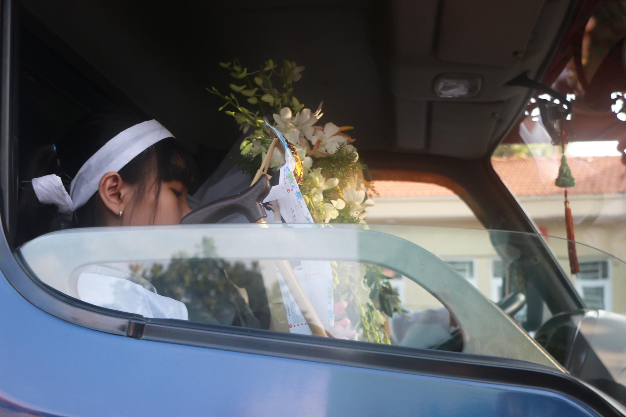 Con gái Lê Bình suy sụp, thất thần trong lễ động quan đưa thi hài cha về nơi an nghỉ - Ảnh 24.