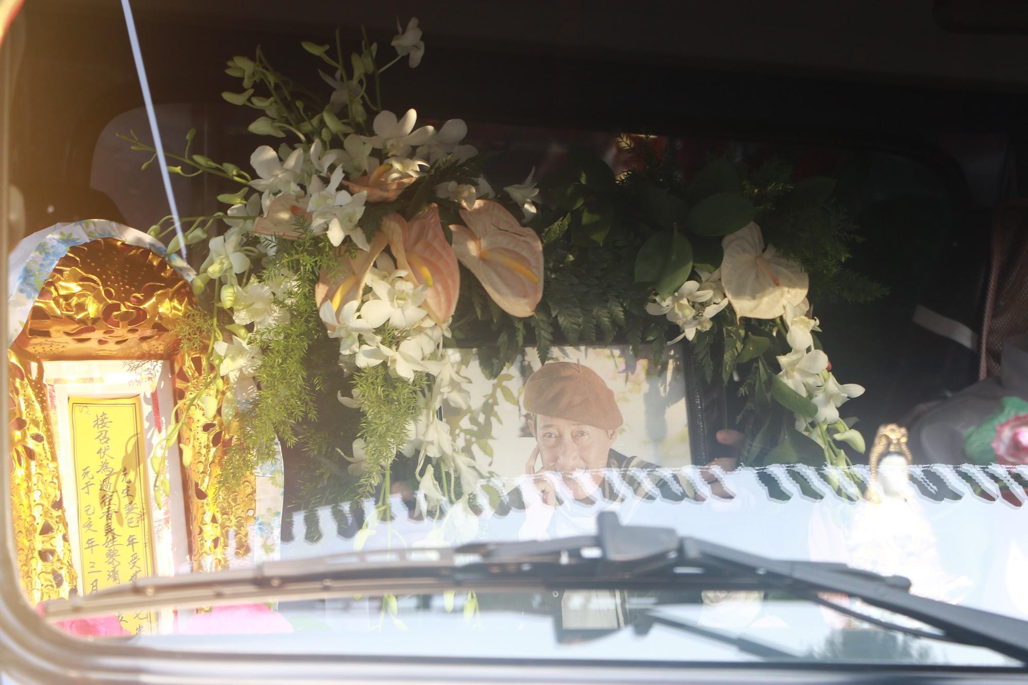Con gái Lê Bình suy sụp, thất thần trong lễ động quan đưa thi hài cha về nơi an nghỉ - Ảnh 25.