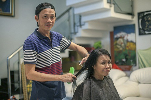 Hoài Linh cắt tóc cho Việt Hương. (Ảnh: internet)