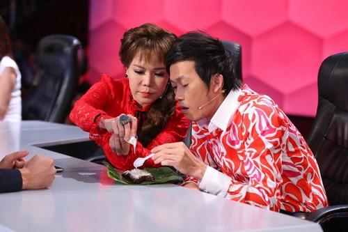 Hai nghệ sĩ cùng chia nhau phần ăn trong giờ giải lao. (Ảnh: internet)