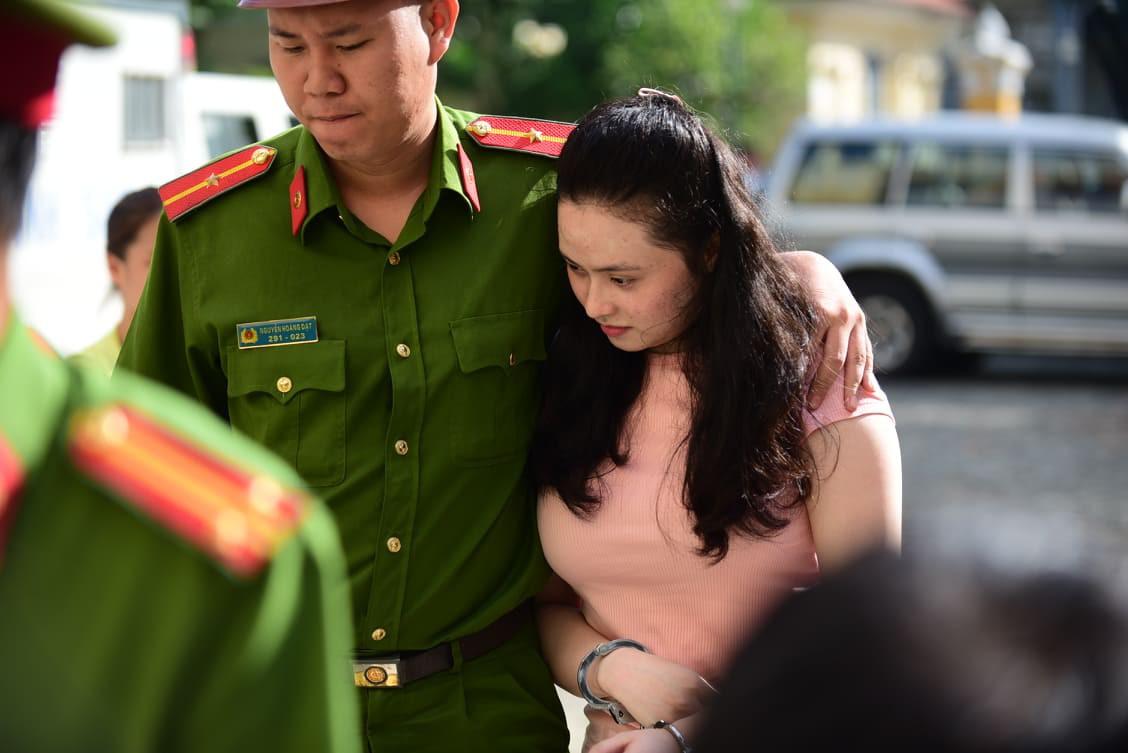 Hotgirl Ngọc Miu phát tướng đến tòa cùng người tình Văn Kính Dương trong phiên xử đại án ma túy - Ảnh 2.