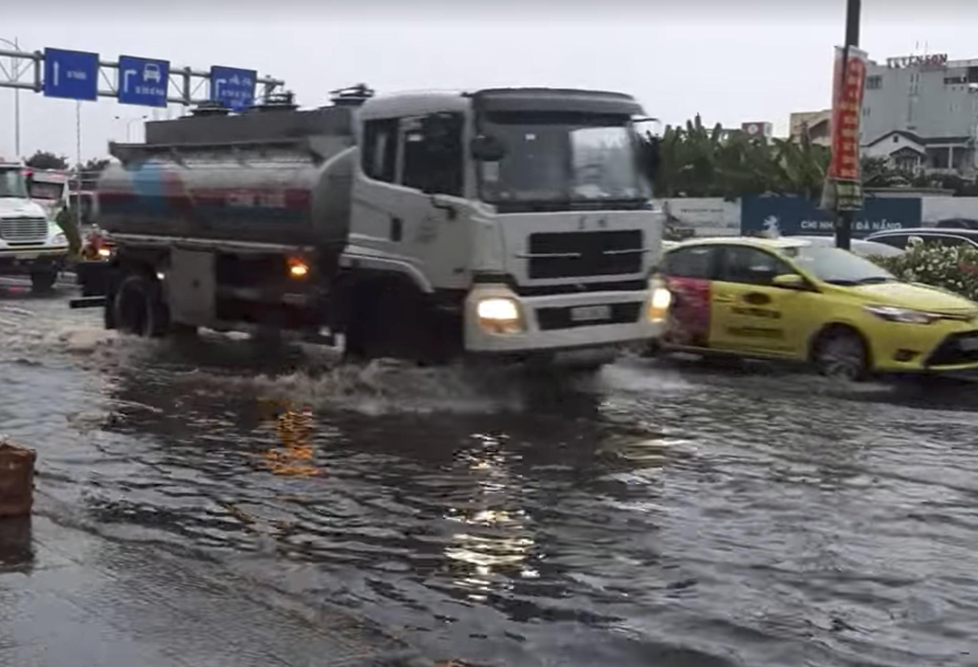 Đà Nẵng ngập đường sau mưa dông khoảng 30 phút - Ảnh 2.