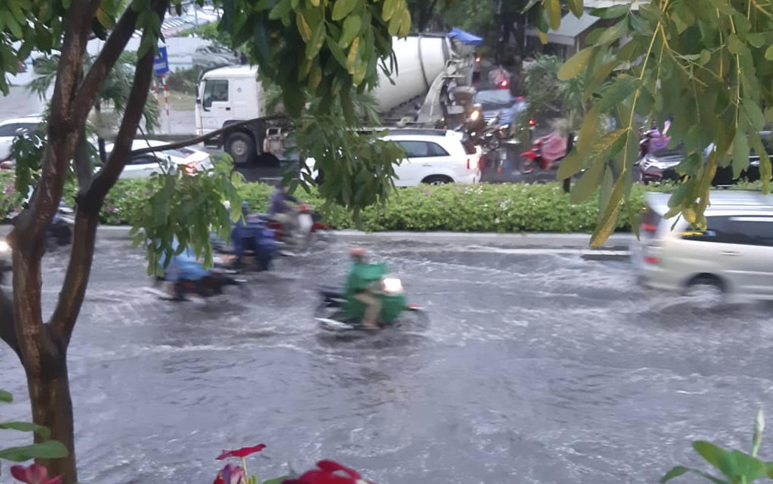 Đà Nẵng ngập đường sau mưa dông khoảng 30 phút - Ảnh 3.