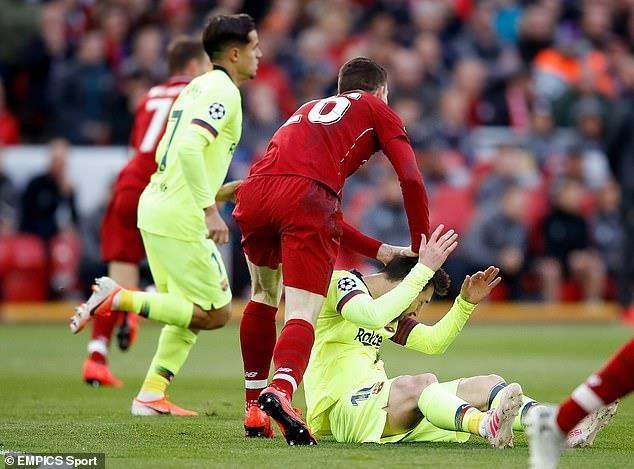 Messi nhận hành vi không tôn trọng từ hậu vệ Liverpool - Ảnh 1.