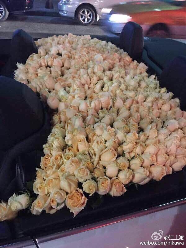 Chàng đồng tính dùng xe BMW mui trần chở kín hoa hồng để cầu hôn bạn trai khiến cộng đồng mạng phát hờn - Ảnh 1.