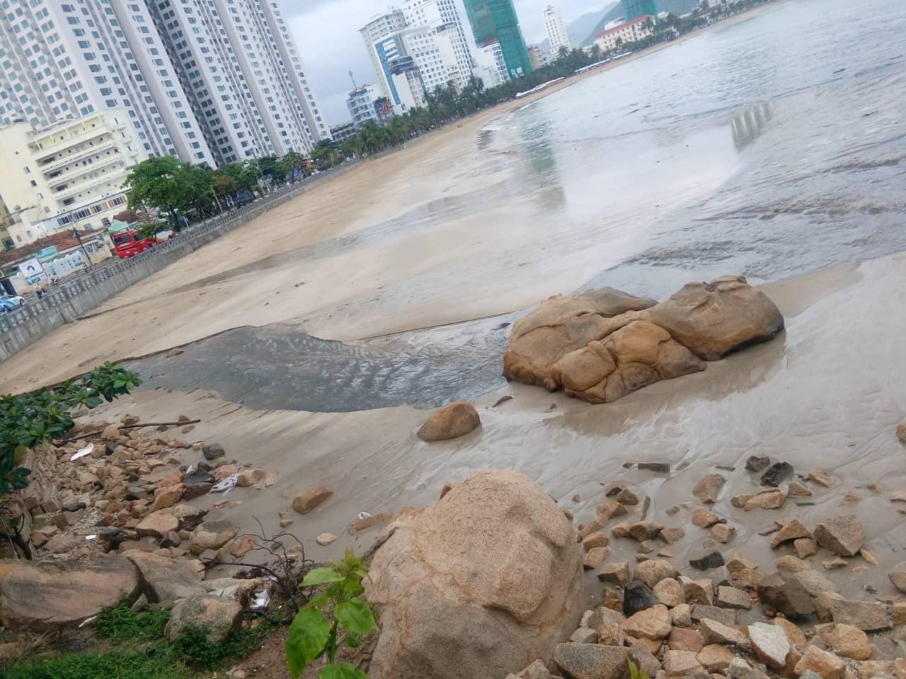 Sau cơn mưa lớn nước thải tràn ra vịnh  Nha Trang  - Ảnh 2.