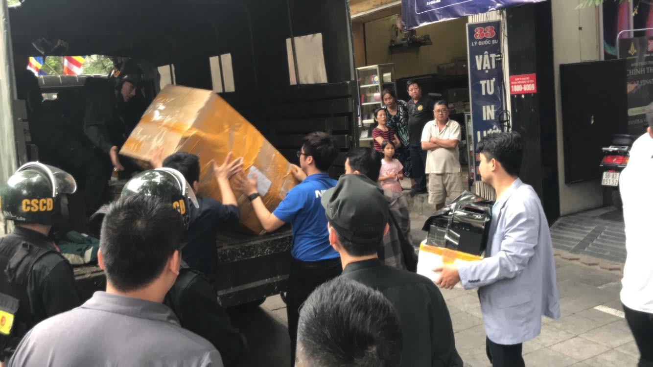 Nhân viên bán hàng Nhật Cường Mobile: Công an vào, tôi còn tưởng khách mua hàng vẫn mời chào bình thường, không biết mai có được nhận lương không - Ảnh 1.