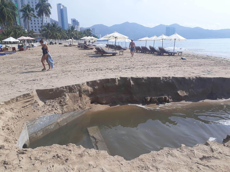 Sau cơn mưa lớn nước thải tràn ra vịnh  Nha Trang  - Ảnh 1.