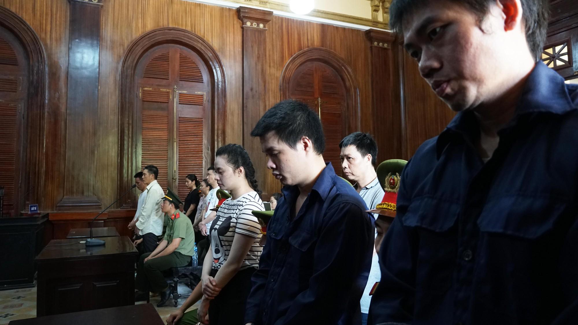 Tin tức pháp luật: Bộ Công an khám xét nhiều cửa hàng của Nhật Cường mobile, khởi tố tài xế say rượu tông chết 2 phụ nữ ở hầm Kim Liên - Ảnh 5.