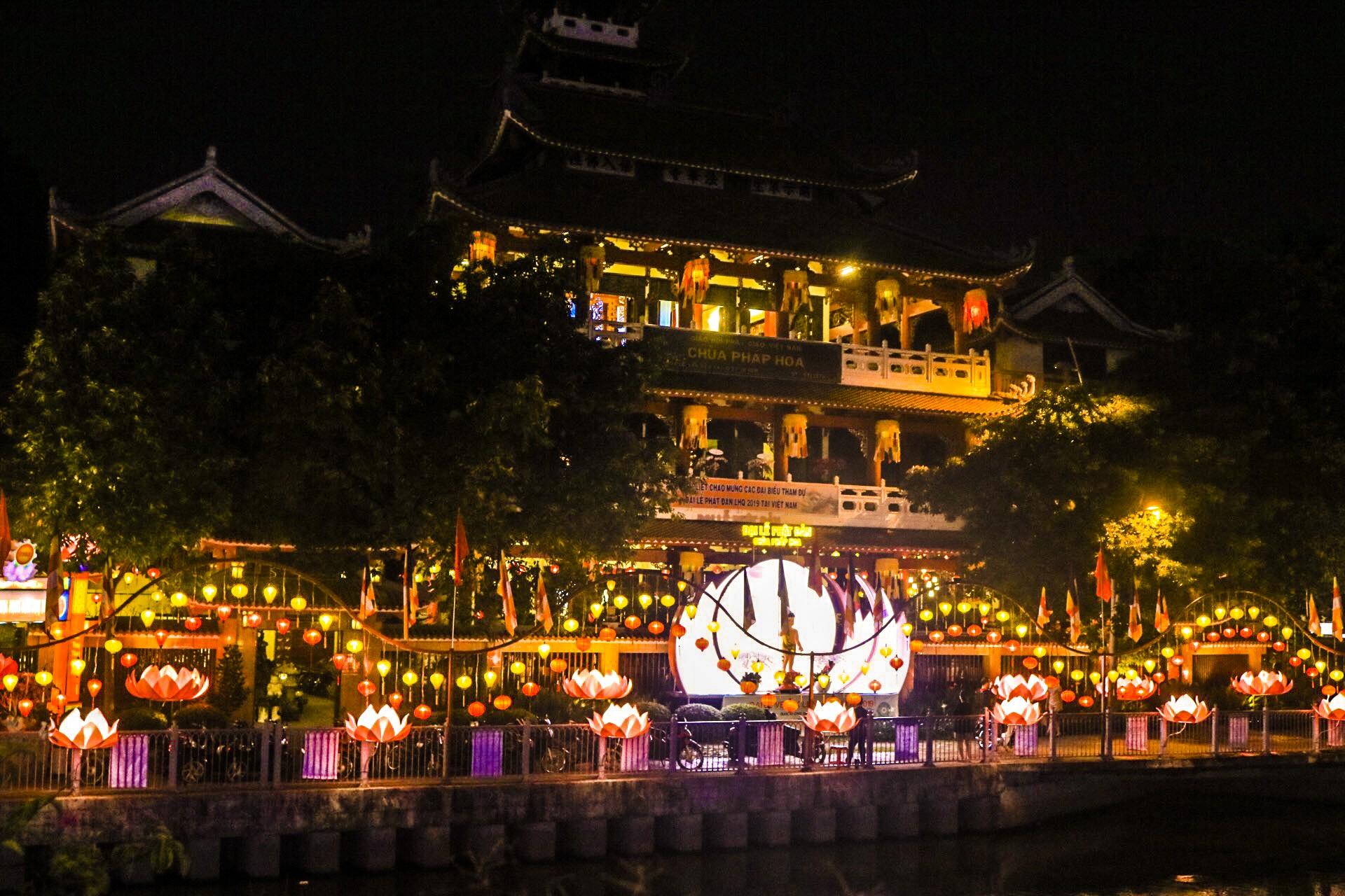 Ngắm vẻ lung linh của chùa Pháp Hoa trước Đại lễ Phật Đản Vesak 2019 - Ảnh 1.