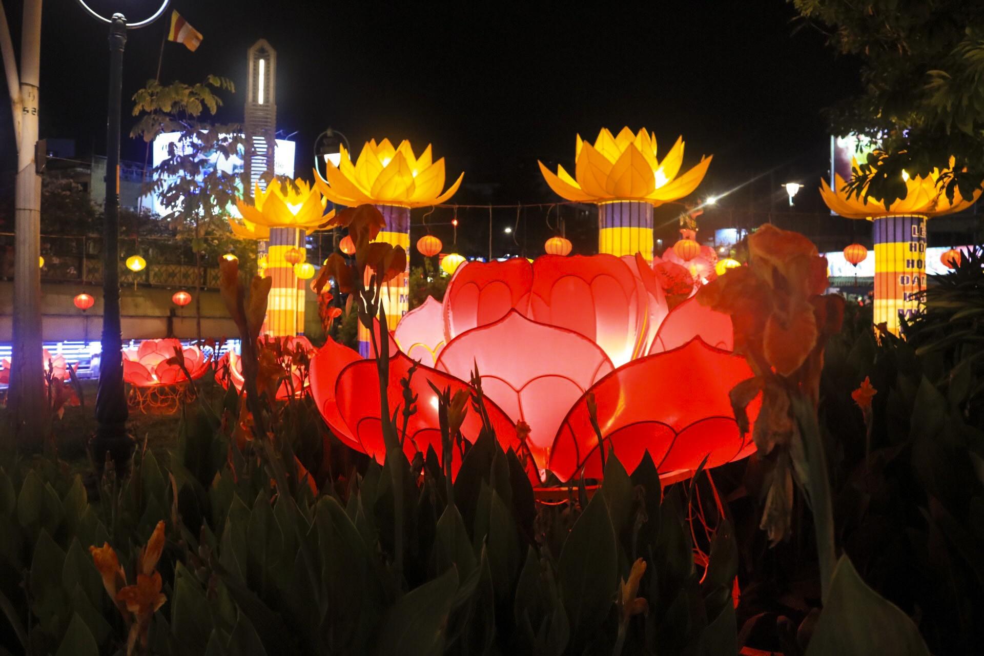 Ngắm vẻ lung linh của chùa Pháp Hoa trước Đại lễ Phật Đản Vesak 2019 - Ảnh 8.