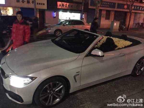 Chàng đồng tính dùng xe BMW mui trần chở kín hoa hồng để cầu hôn bạn trai khiến cộng đồng mạng phát hờn - Ảnh 2.